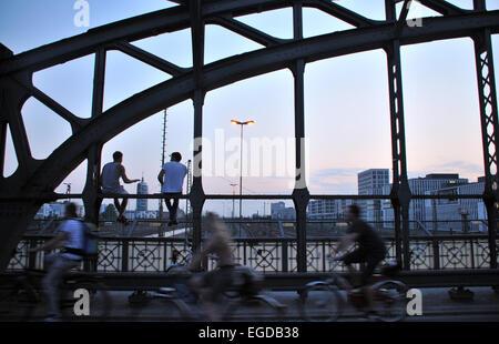 Soirée sur le pont de Hacker, Munich, Bavière, Allemagne Banque D'Images
