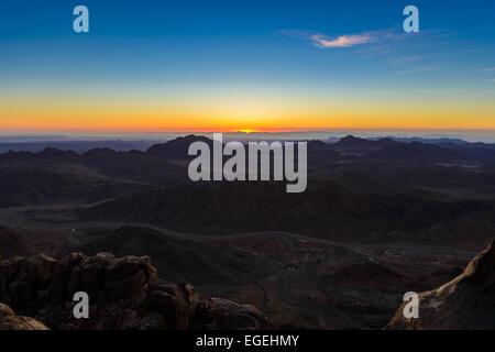 Lever du soleil sur le mont Sinaï, en Égypte. Amener les touristes dans les bédouins nuit au Mont Sinaï, en Égypte Banque D'Images