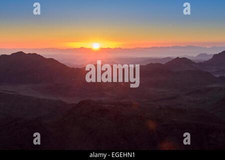 Lever du soleil sur le mont Sinaï, en Égypte. Guide bédouins les touristes dans la nuit pour le Mont Sinaï, en Égypte Banque D'Images