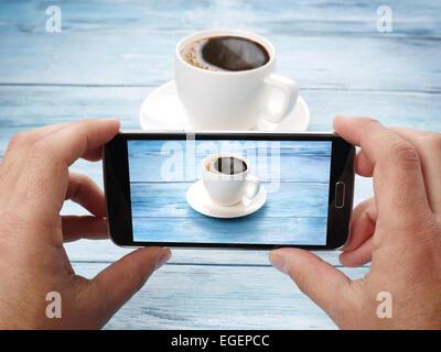 Prendre des photos avec un téléphone mobile.Les technologies les plus récentes. Banque D'Images