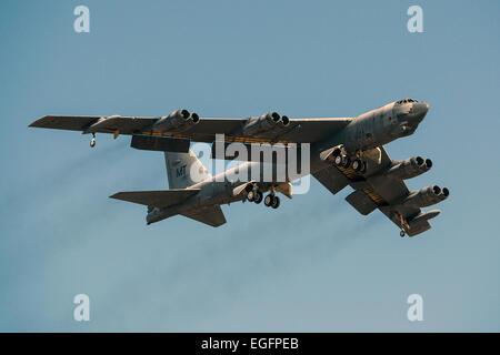 """Un B-52H Stratofortress bombardier stratégique prend son envol après avoir été entreposés à long terme le 13 février 2015 à la base aérienne Davis-Monthan Air Force Base, en Arizona. L'appareil a été mis hors service en 2008 et a passé les sept dernières années assis dans le """"talon"""", mais a été choisi pour être retourné à l'état active et finira par rejoindre la flotte de B-52."""