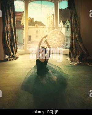 Jeune danseuse de l'emplacement sur le plancher Banque D'Images