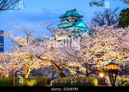 Osaka, Japon au château d'Osaka durant la saison de printemps. Banque D'Images