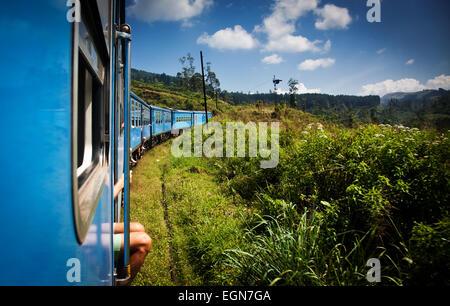 Train de Kandy à Nuwara Eliya parmi les plantations de thé dans les hautes terres du Sri Lanka Banque D'Images