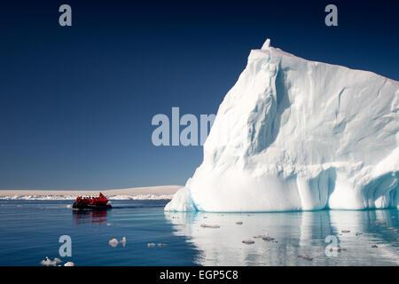 L'antarctique, mer de Weddell, Antarctique croisière zodiac affichage gros iceberg Banque D'Images