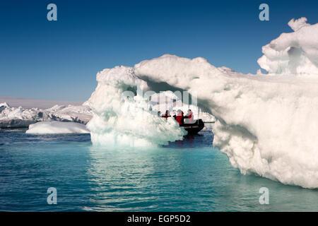 L'antarctique, mer de Weddell, Antarctique croisière zodiac parmi de grands icebergs Banque D'Images