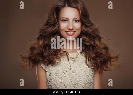 Beautiful Happy Brunette avec de longs poils frisés Banque D'Images
