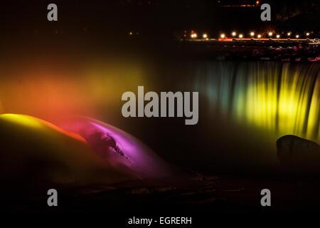 Lumières sur les chutes du Niagara à Niagara Falls, en Ontario, une partie de l'hiver fête des lumières de l'écran. Banque D'Images
