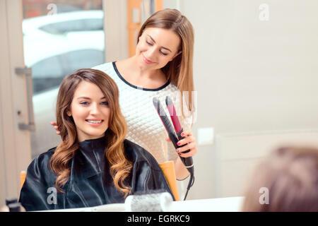 Belle femme dans un salon de coiffure Banque D'Images