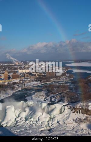 Niagara Falls, Ontario - Chutes du Niagara en hiver. Ci-dessous un arc-en-ciel, les chutes américaines est largement Banque D'Images