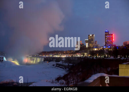 Niagara Falls, Ontario - du Fallsview Casino et une partie de l'quartier touristique de Niagara Falls et les chutes. Banque D'Images