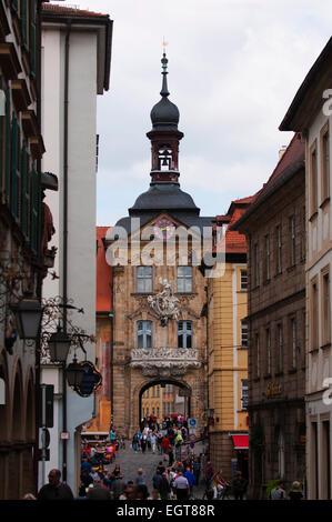 En regardant vers la vieille ville de Bamberg Hall (Altes Rathaus). Banque D'Images