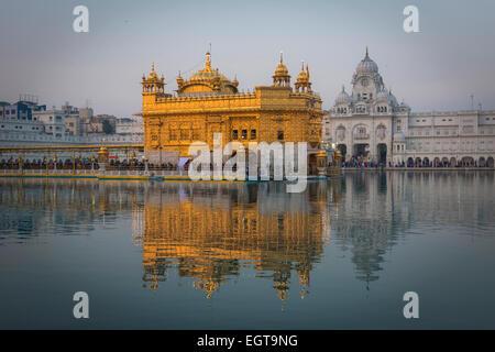 Le Temple d'or de l'Harmandir Sahib éclairées par le soleil couchant, à Amritsar, Inde Banque D'Images