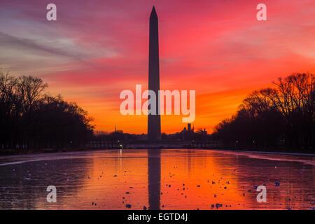 Le Washington Monument est un obélisque près de l'extrémité ouest de la National Mall à Washington, D.C. Banque D'Images