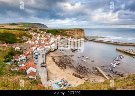 Une vue sur le village traditionnel de pêcheurs de Staithes, North Yorkshire, Angleterre, Royaume-Uni, Europe. Banque D'Images