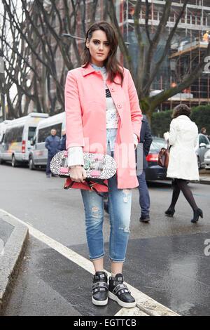 Milan, Italie. 2 mars, 2015. La femme pose pour les photographes avant de Giorgio Armani show , Milan Fashion Week Day 6, Automne/Hiver 2015-2016 street style le 2 mars 2015 à Milan. Crédit: A. Astes/Alamy Live News