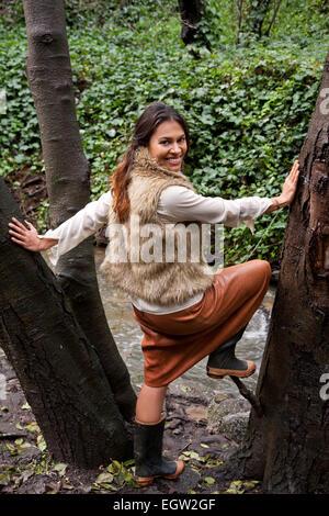 Femme debout au milieu de l'arbre. Banque D'Images