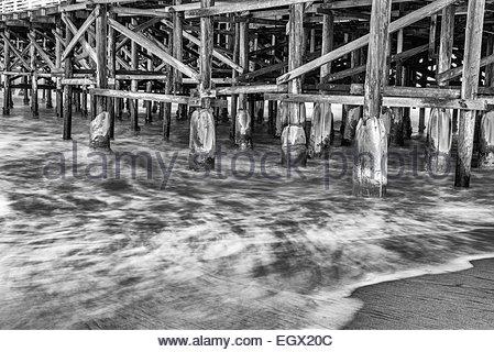 La vaisselle et les vagues autour de pier les pilotis. Crystal Pier, San Diego, California, United States. Banque D'Images