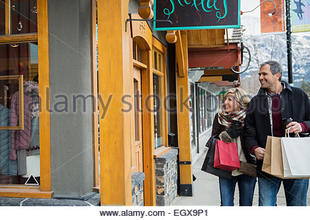 Couple with shopping bags hors storefront Banque D'Images