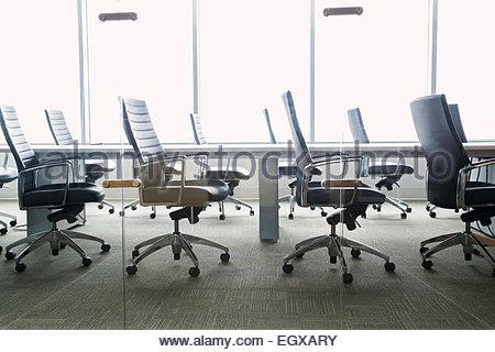 Chaises autour de la table salle de conférence vide Banque D'Images