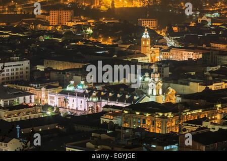 L'Équateur, Quito, vieille ville avec la Plaza de la Independencia de nuit Banque D'Images