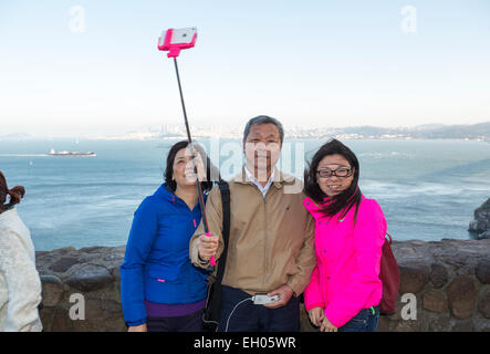 Les touristes, famille, en selfies selfies, photo, stick selfies, Vista Point, côté nord du Golden Gate Bridge, Banque D'Images