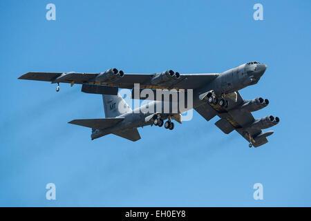 """Un B-52H Stratofortress prend son envol après avoir été retirés du stockage à long terme, le 13 février 2015, à la base aérienne Davis-Monthan Air Force Base en Arizona, l'appareil a été mis hors service en 2008 et a passé les sept dernières années assis dans le """"talon"""", mais a été choisi pour être retourné à l'état active et finira par rejoindre la flotte de B-52. Le B-52 a été exécutée par le maintien et la régénération de l'aéronautique 309e groupe."""