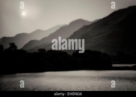 Vue sur le lac en face de l'abbaye de Kylemore. La région du Connemara, Irlande Banque D'Images