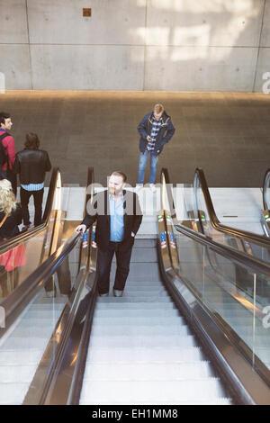 Portrait des gens d'affaires sur l'escalator at subway station Banque D'Images