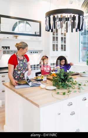 Mère et enfants la cuisson des aliments dans la cuisine Banque D'Images