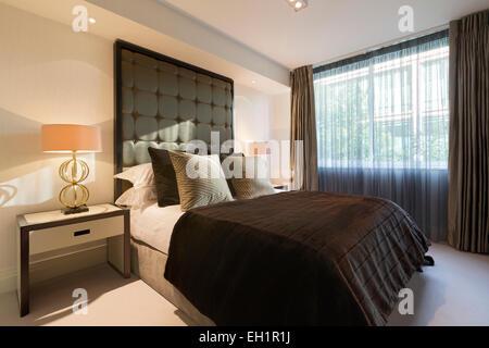 Luxueux appartement à Belgravia London. Chambre double king size flanquée de lampes de table de correspondance. Banque D'Images