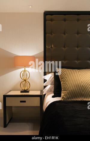 Luxueux appartement à Belgravia London. Chambre Double. Grand lit avec table de chevet et lampe. Coussins en soie Banque D'Images