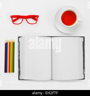 D'un grand angle d'un coup certains crayons de couleur, un ordinateur portable, une paire de lunettes cerclées de Banque D'Images
