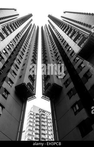 Une photo en noir et blanc de deux immeubles de grande hauteur Banque D'Images