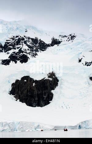 L'antarctique, Paradise Bay, les passagers des bateaux de croisière sur croisière zodiac à fin de glacier Banque D'Images