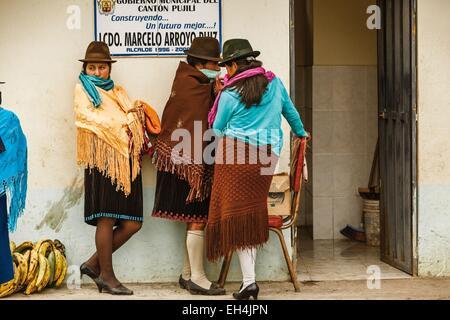 L'Équateur, Cotopaxi, Zumbahua, jour de marché au village de Zumbahua, portrait de jeunes filles paysannes Banque D'Images