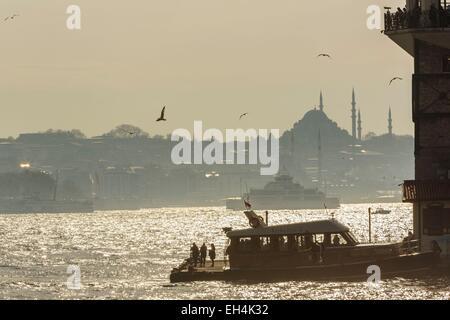 La Turquie, Istanbul, Uskudar, quartier vue d'une partie de la tour de la jeune fille et le détroit du Bosphore Banque D'Images