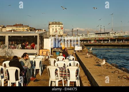 La Turquie, Istanbul, quartier de Karakoy, cafés sur le Bosphore près du pont de Galata Banque D'Images