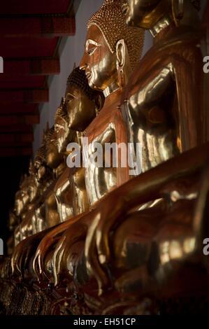 Thaïlande, Bangkok, Wat Pho, golden Buddha statues alignées Banque D'Images