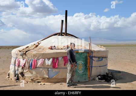 Le désert de Gobi, Nomad Homme devant Ger/yourte Banque D'Images