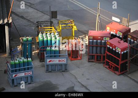Des bouteilles de gaz dans le stockage sur chantier Pendennis Falmouth Banque D'Images