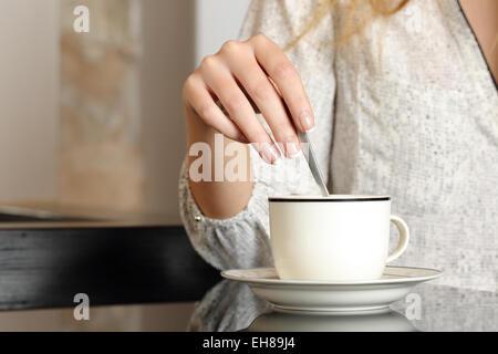 Femme part préparer une tasse de café à la maison Banque D'Images