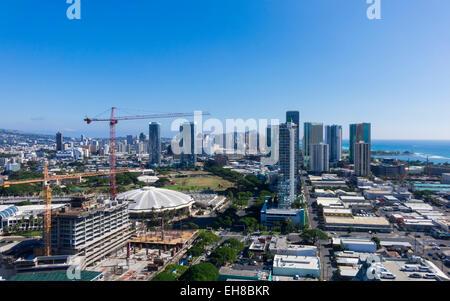 Vue sur Waikiki montrant les nouveaux condos en construction comme la ville d'Honolulu se dilate sur Oahu, Hawaii