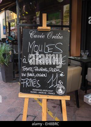 Signer pour les moules et les frites / plaquettes à l'extérieur d'un restaurant à Nice, France, Europe
