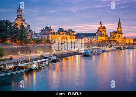 Dresde, Allemagne vieille ville skyline, sur l'Elbe. Banque D'Images