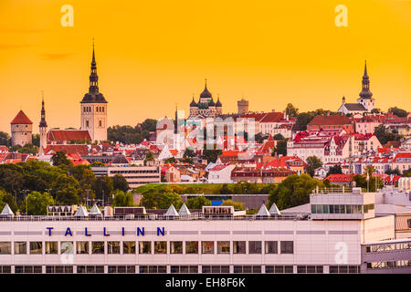 Tallinn, Estonie skyline du port. Banque D'Images