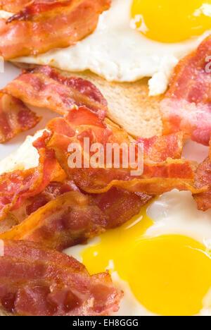 Fried bacon et d'œufs sur le pain blanc. Banque D'Images
