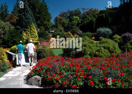Couple à travers les jardins de fleurs dans le parc Queen Elizabeth, Vancouver, BC - Colombie-Britannique, Canada Banque D'Images