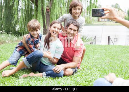 En utilisant un appareil photo numérique pour photographier la famille, Point de vue personnel Banque D'Images