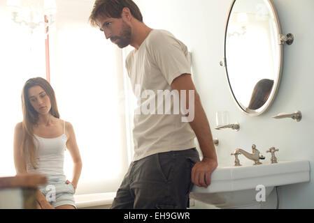 Couple avec l'autre en colère Banque D'Images